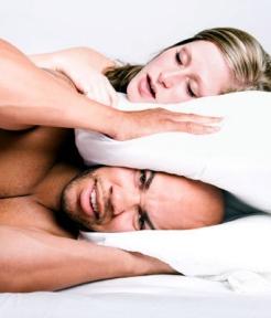 мужик накрылся подушкой от храпа жены