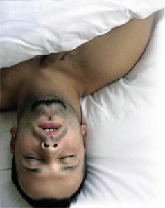 мужик сладко спит