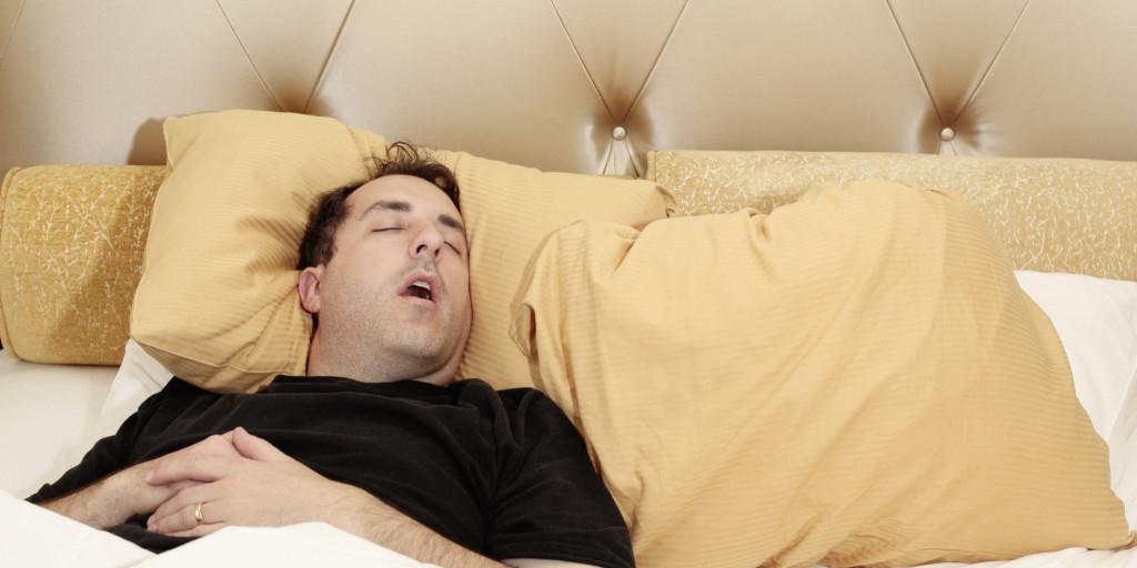 Мужчина храпит во сне