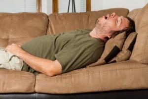 При храпе рекомендуется спать на боку